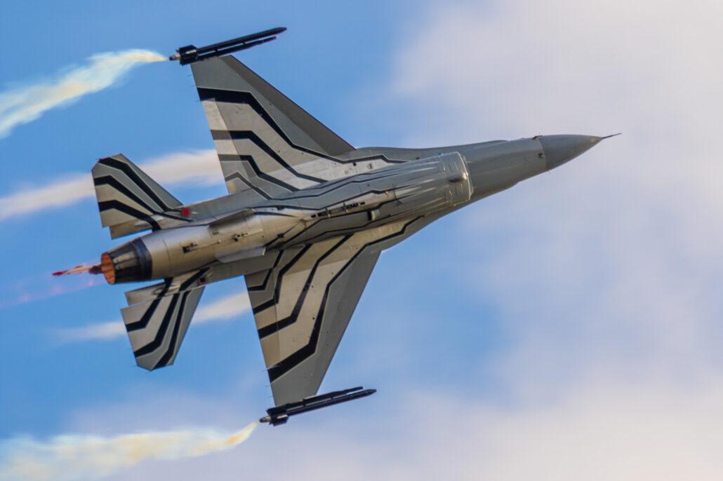 BAF F-16 Demo Flown by Gizmo at 2017 Sanicole Air Show